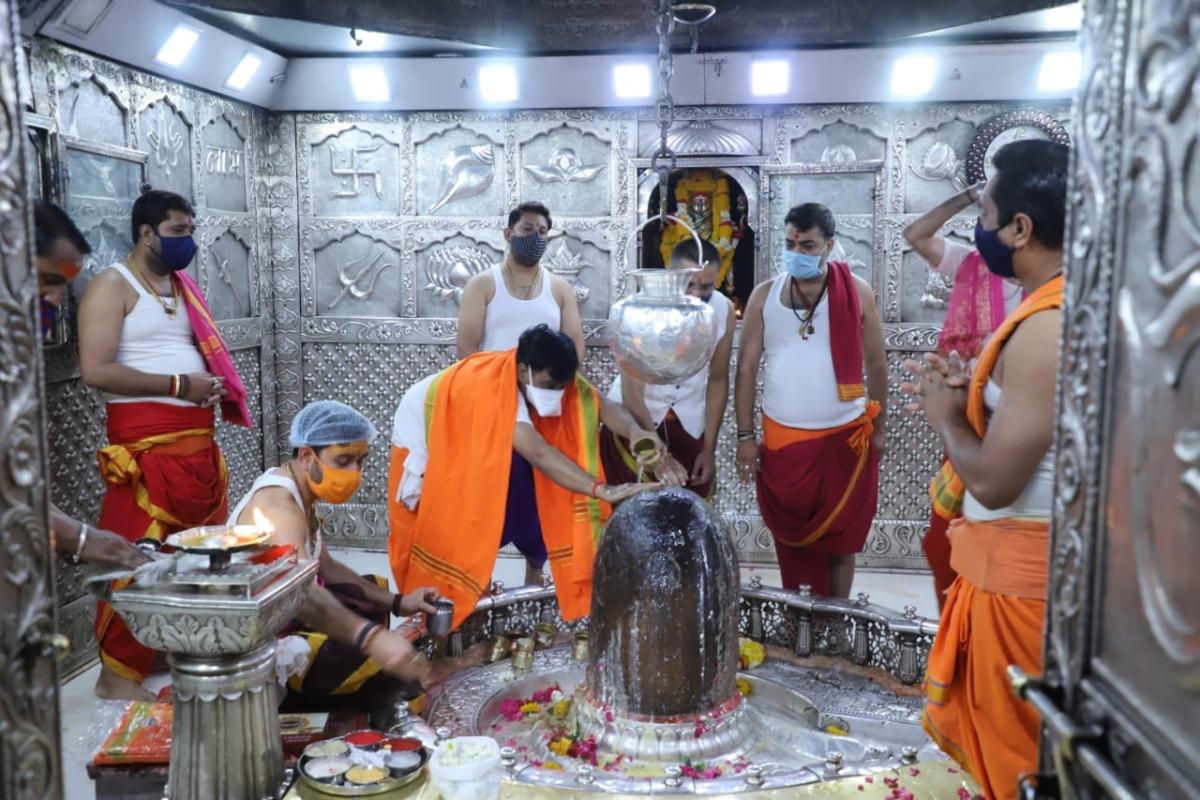 MTMC administrator Narendra Suryavanshi launched the anushthan by performing panchamrut puja of Mahakal Jyotirlingam.