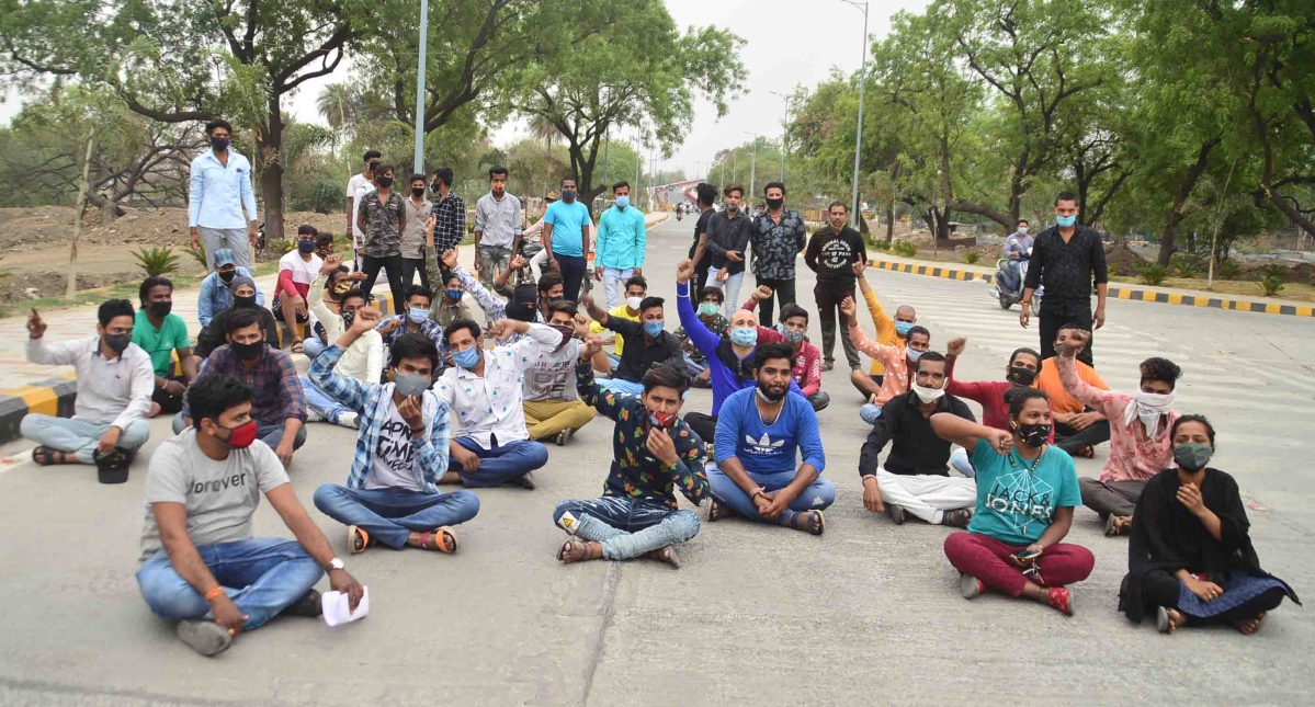 DJ operators, marriage garden owners and caterers stage dharna, in Ujjain on Wednesday. Flouting Corona Curfew, about 300 of them staged dharna on Zero Point-Koyla Phatak Bypass Road demanding relaxations to conduct their business. during the ensuing wedding session. Chimanganj Mandi police removed them from the spot