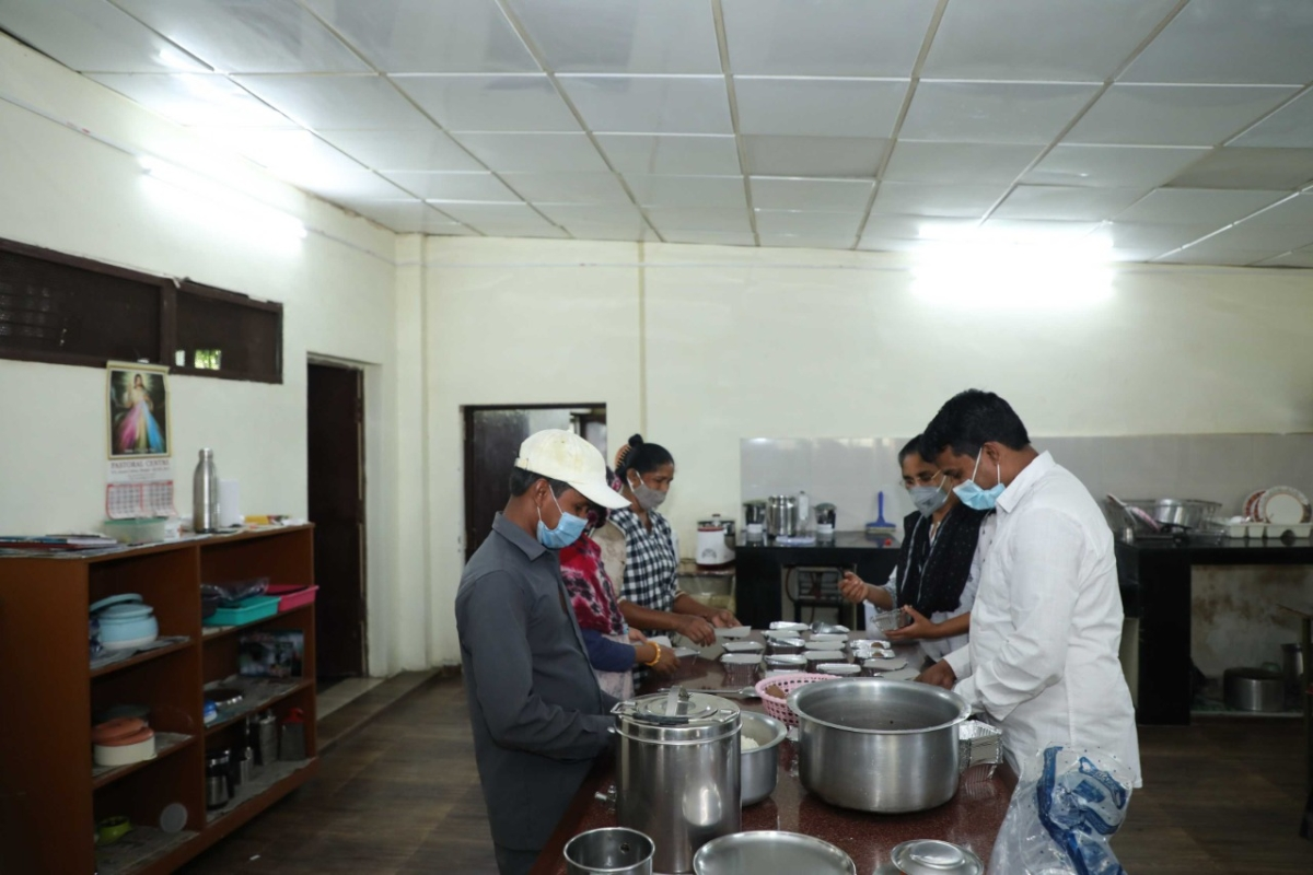 Bhopal: 'Devaharam,' a service of BSSS serves nutritious food to the COVID patients of Asha Niketan