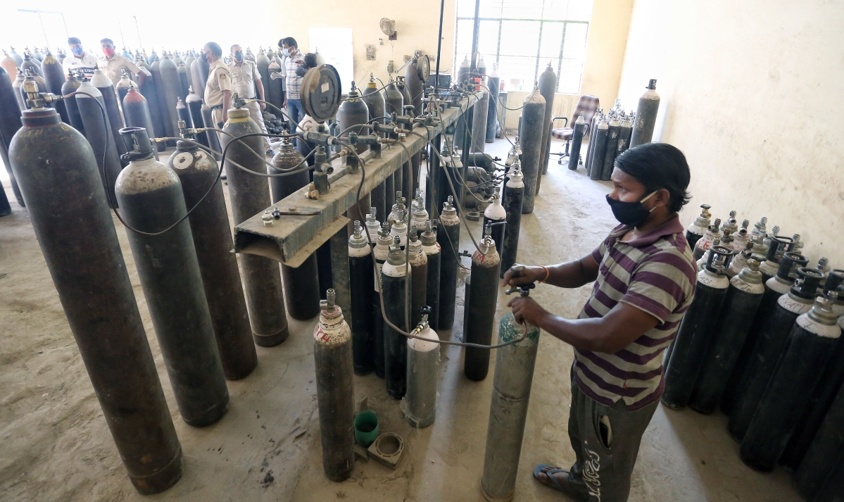 New Delhi, April 25 (ANI): A worker refills Oxygen cylinders at an Oxygen agency, in New Delhi on Sunday. (ANI Photo)