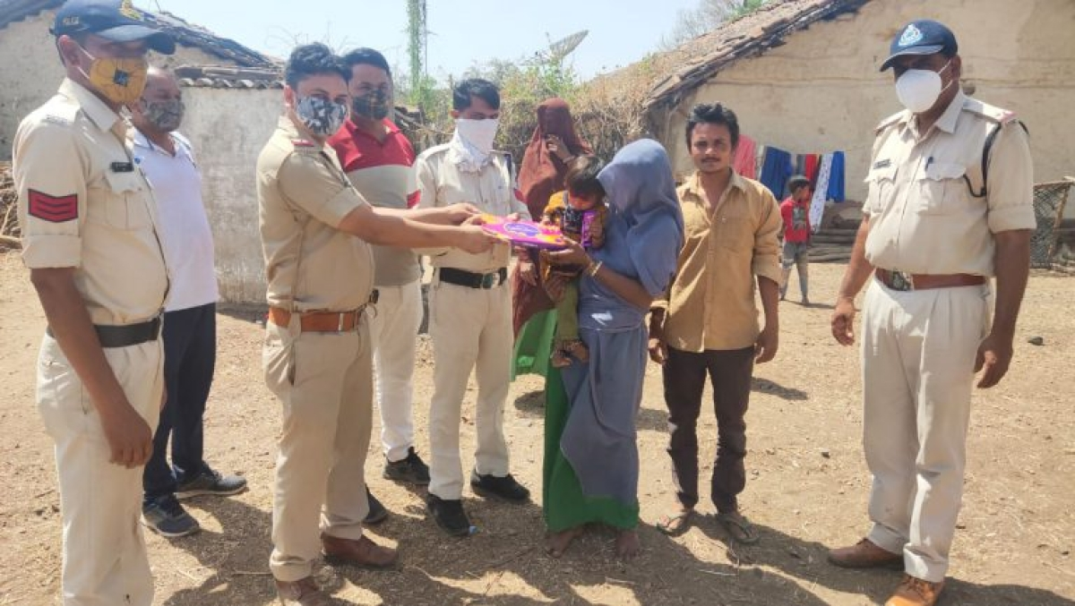 Alirajpur: Police reunite 3-year old girl lost in Udaigarh's Bhagoriya fair with parents