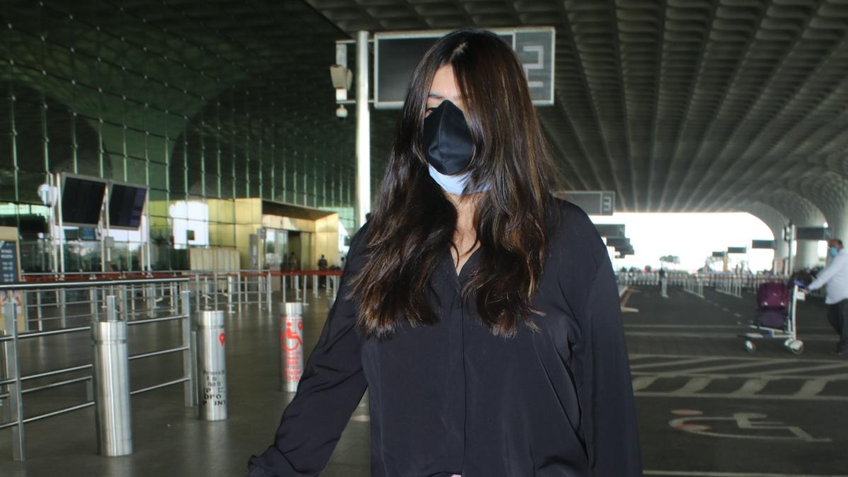Watch: Ekta Kapoor trolled for not holding her own bag at Mumbai airport