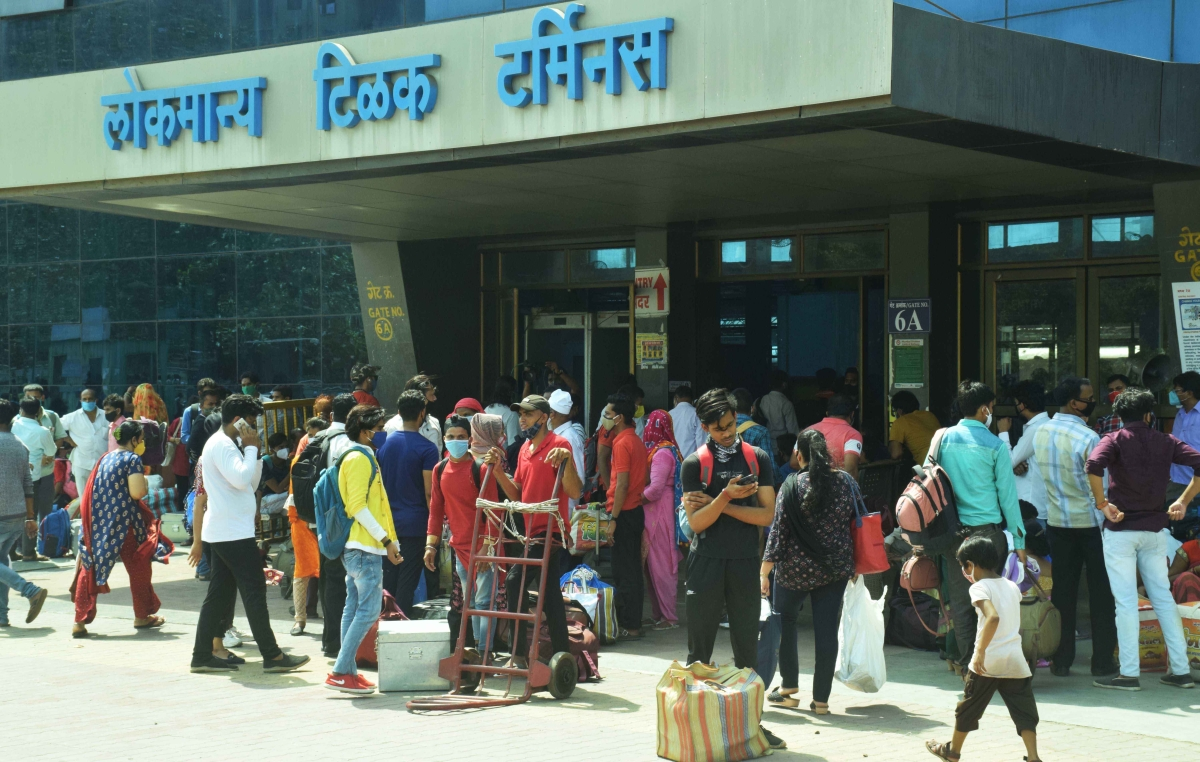 Mumbai: Fearing another lockdown, migrant workers flock to LTT in bid to return home; see pics