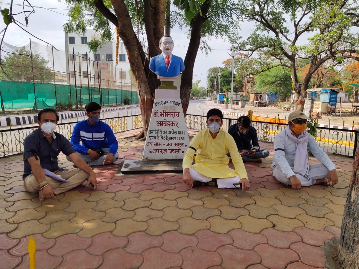 In Dhar, Youth Congress workers staged protest at Trimurti Nagar Square led by their president Karim Qureshi on Monday