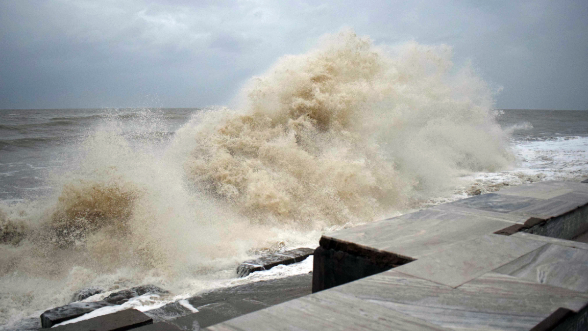 High tide waves due to the formation of cyclone Yaas in the Bay of Bengal, in East Medinipur on Tuesday.