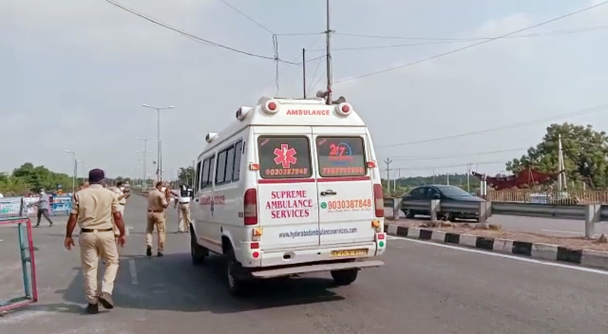 After cops deny inter-state permit, two COVID-19 patients die in ambulance at Andhra Pradesh-Telangana border