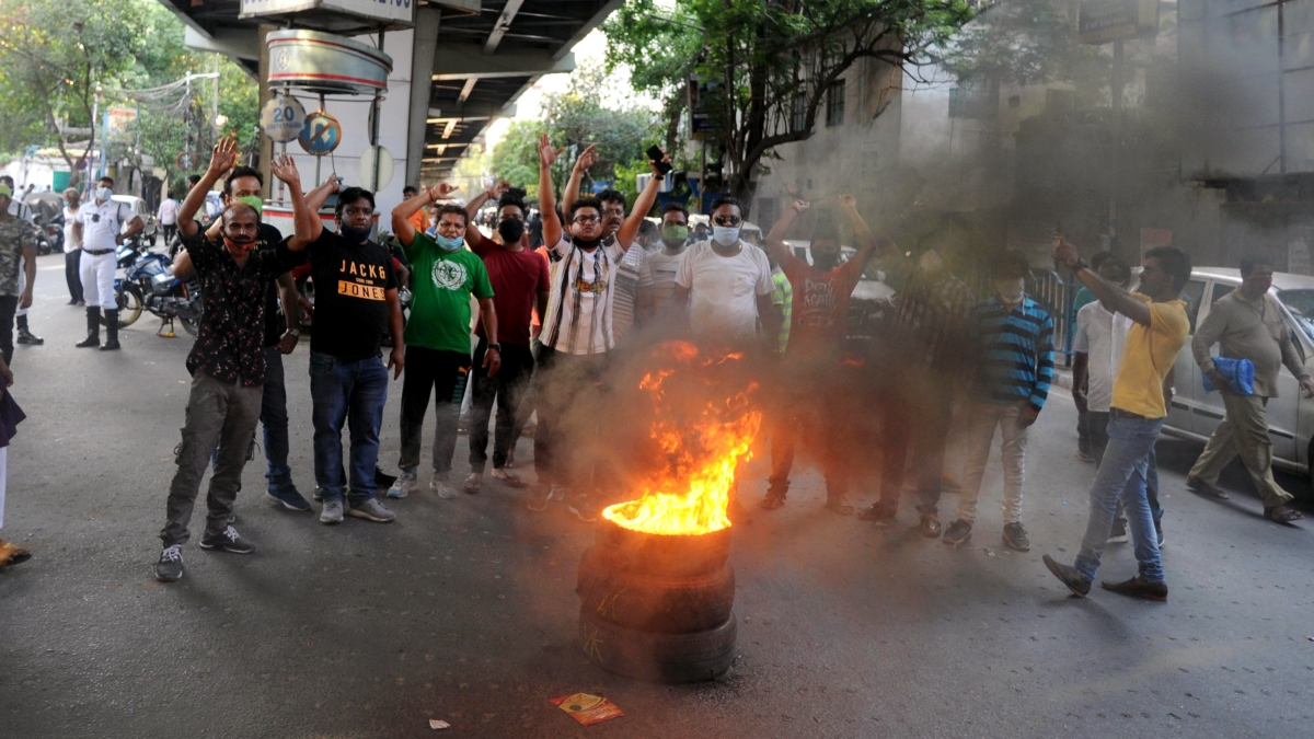 West Bengal, May 17 (ANI): TMC supporters burn the tire during a protest over the arrest of party leaders in connection with the Narada scam case, in Kolkata on Monday.