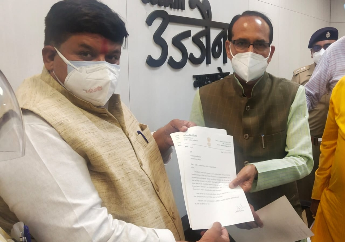 MP ANIL FIROJIA HANDS OVER MEMO TO CM