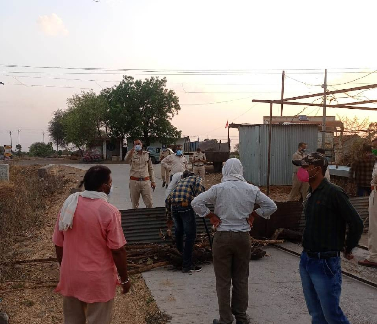 Madhya Pradesh: Villagers deny entry to outsiders, block roads in Mahidpur to prevent Covid spread