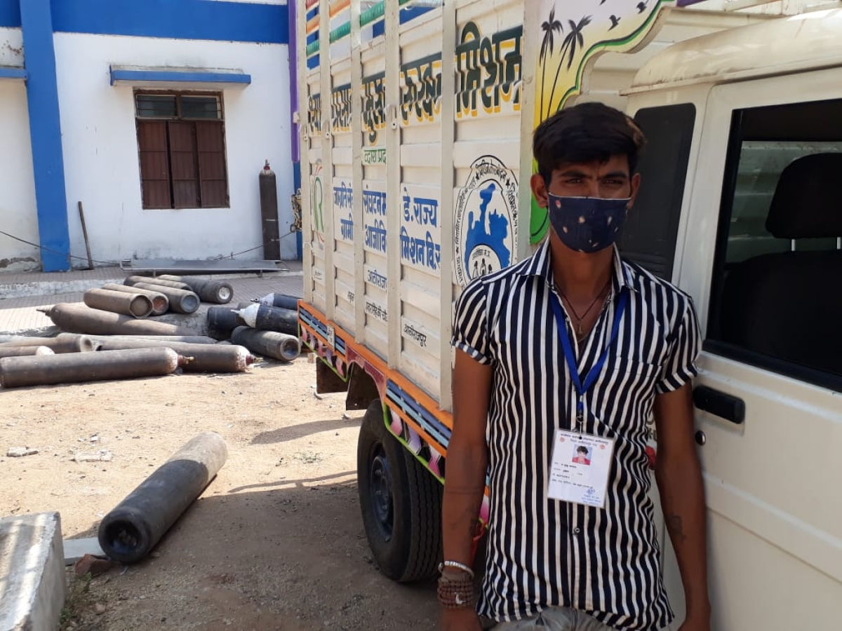 Madhya Pradesh: Serving humanity amid pandemic, man in Alirajpur delivers oxygen cylinder to hospitals single-handedly