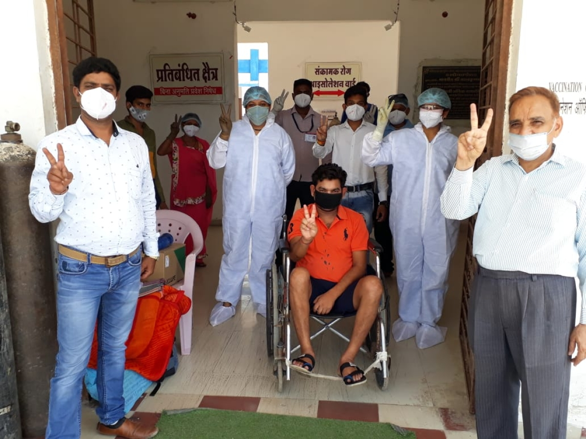 Madhya Pradesh: Man in Alirajpur recovers from 90% infection, leaves Covid center amid applause