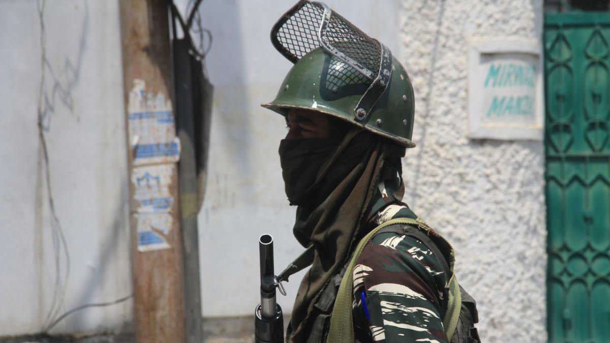 In pics: Curfew in Srinagar on death anniversaries of senior separatist leaders Maulvi Farooq, and Ghani Lone