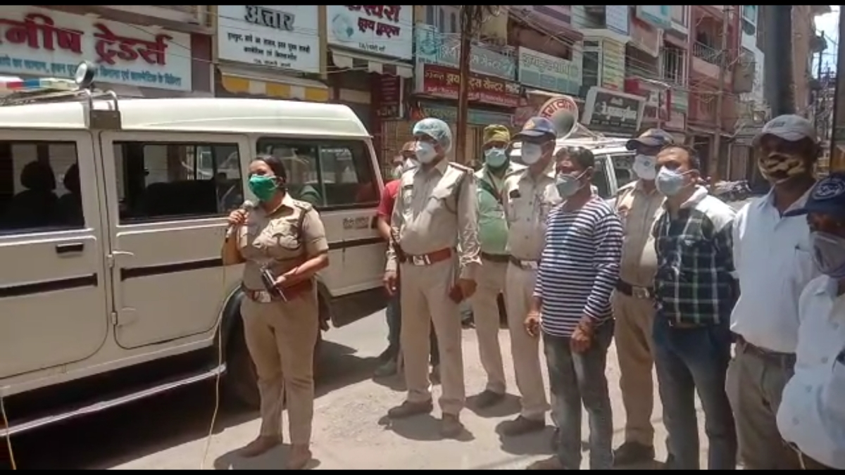 CSP Pallavi Shukla requests the traders of Centra Kotwali area to abide by the Janta Curfew guidelines in Ujjain on Tuesday