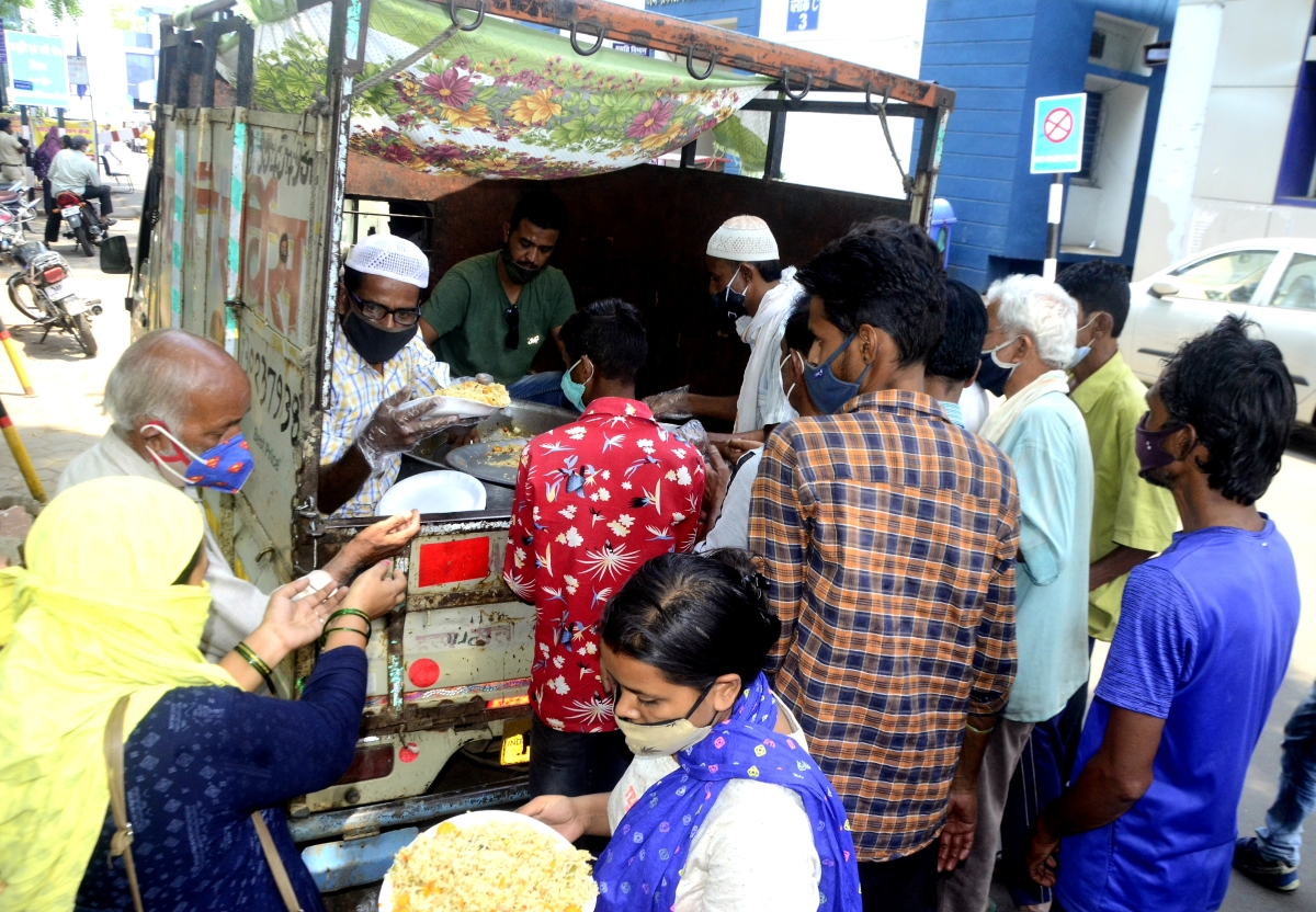 Madhya Pradesh: Old Bhopal markets overcrowded with shopkeepers, vendors roaming about colonies pose a real threat to the residents
