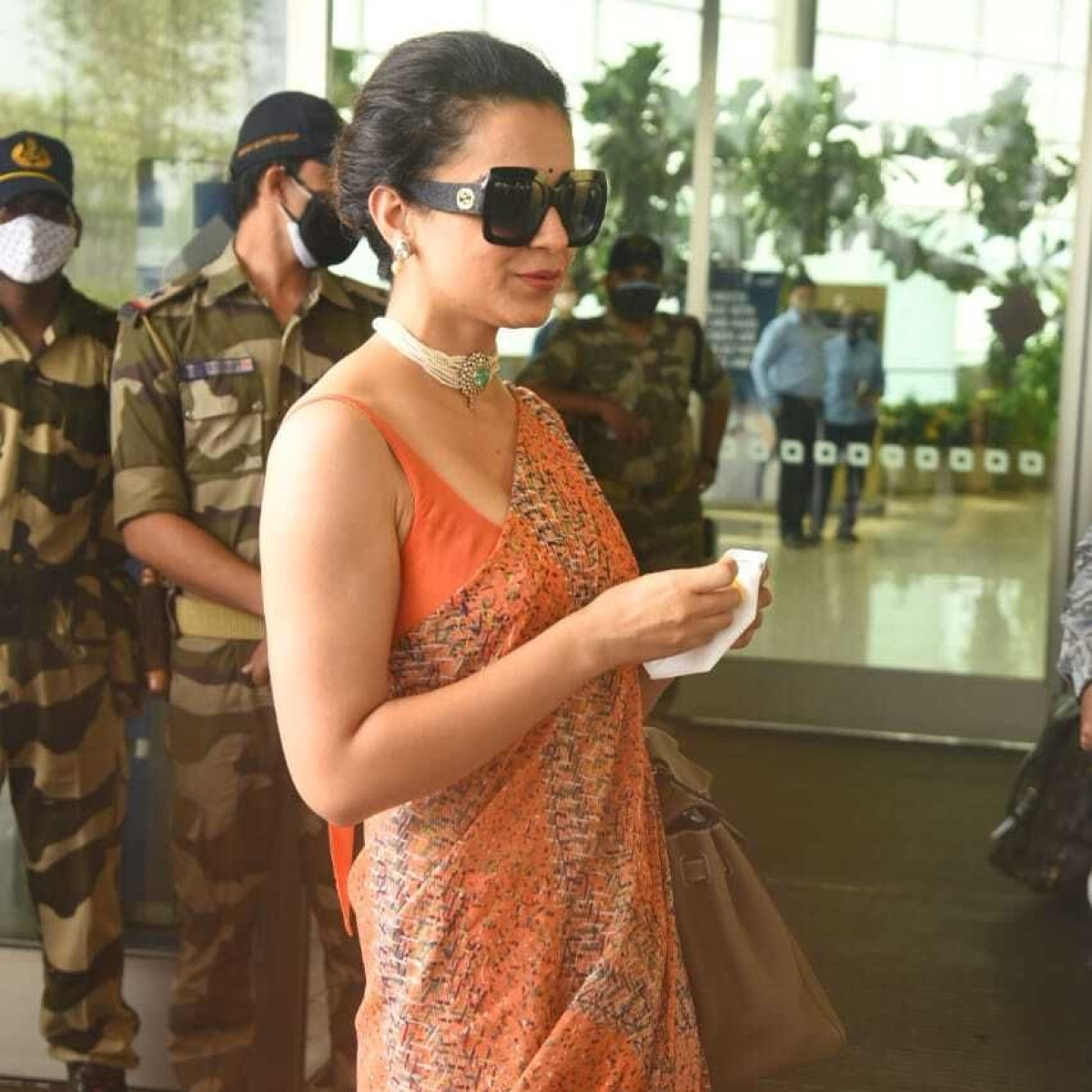 'Kis kis ko corona ho gaya?': Watch Kangana Ranaut check on paps as she leaves for Manali post COVID-19 recovery