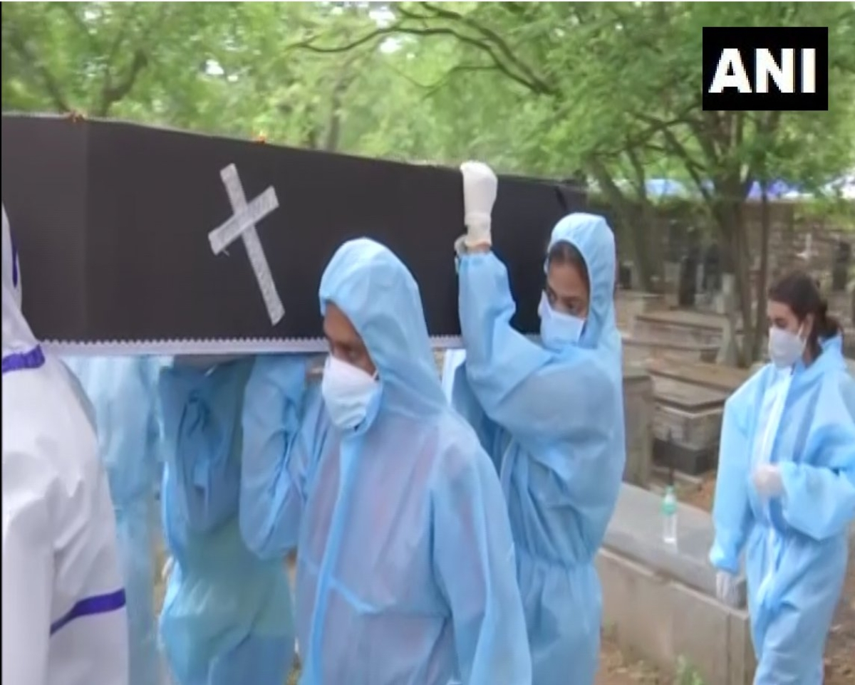 Two Bengaluru college girls don PPE kits, volunteer at cemetery to help bury COVID-19 victims