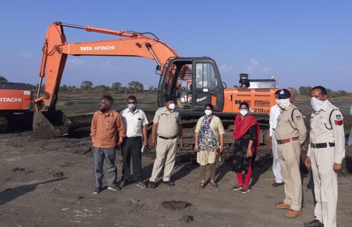 Mandsaur: Illegal mining rampant during lockdown, 2 Poclain machines, 5 dumpers seized