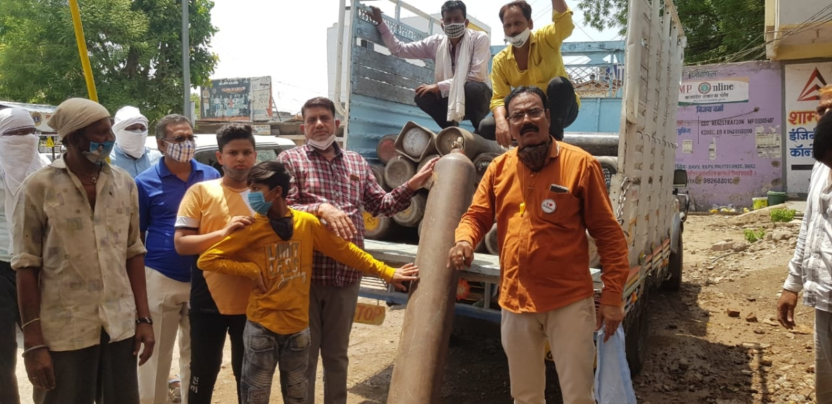 Khargone: Over 40 oxygen cylinders given free of cost to needy in Sanawad, office set up to help Covid patients