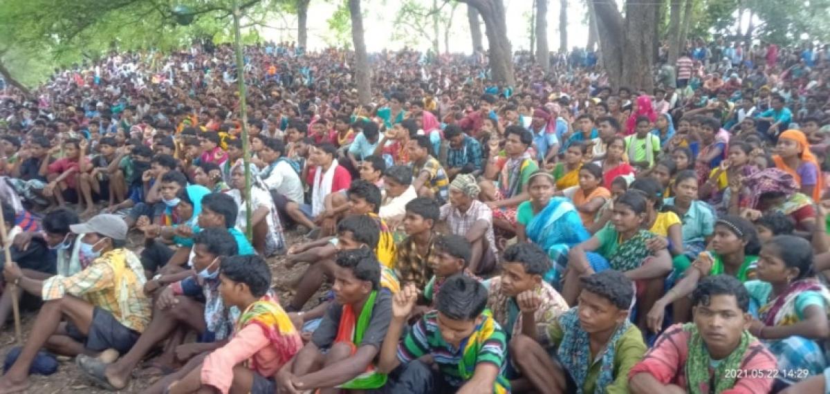 Chhattisgarh: CPI leader Manish Kunjam  meets huge crowd of protesting villagers in Silger