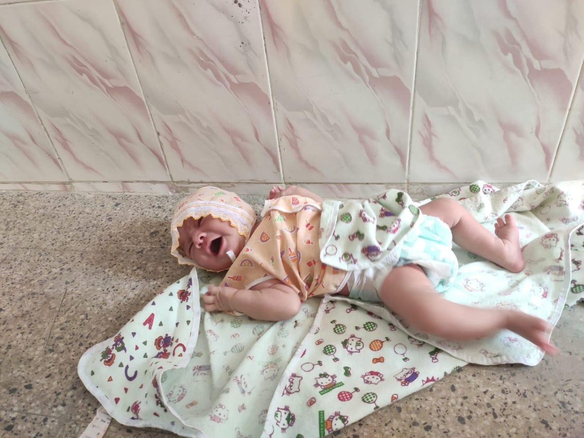 Heartbreaking! Newborn girl found abandoned at Sion's Jain society