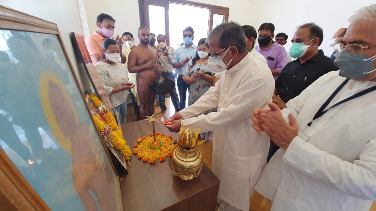 RSS' MP-CG head Ashok Sohoney lights a lamp to inaugurate the free Covid-19 medical consultation centre