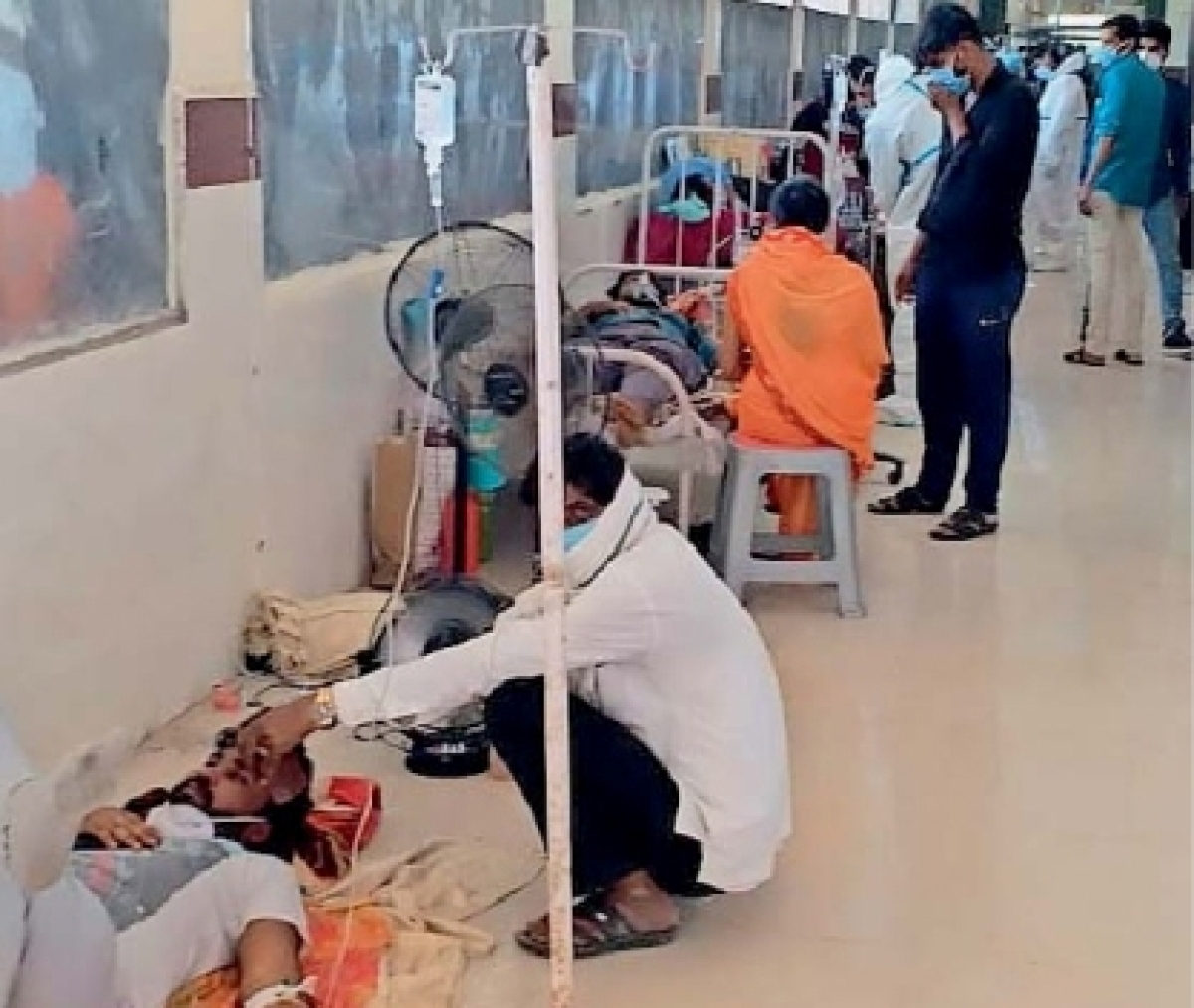 Madhya Pradesh: Corona patients treated under hospital porch in Jaora due to lack of facilities, space
