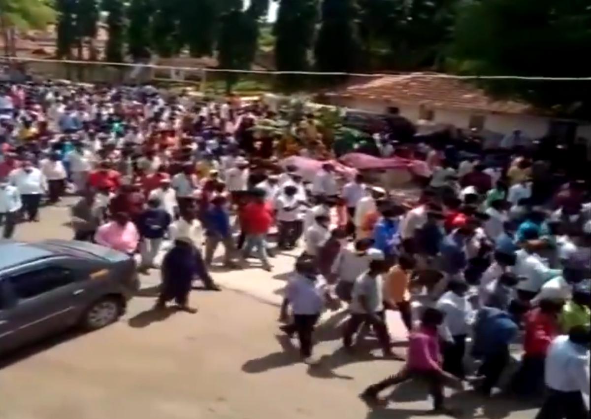 Lockdown and COVID-19 pandemic forgotten, hundreds gather for funeral of horse in Karnataka's Belagavi