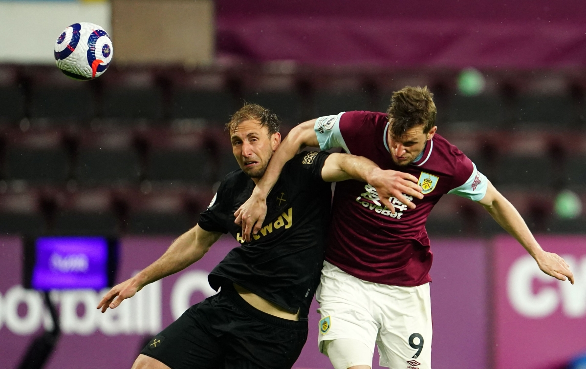West Ham United's English defender Craig Dawson (L) and Burnley's New Zealand striker Chris Wood fight for the ball
