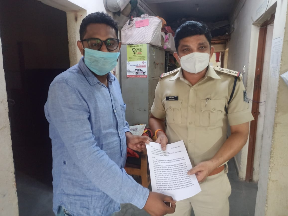 Sahil Dehalvi hands over an application to a cop in Nanakheda police station. He demanded that CHL Hospital management be booked in connection with death of his cousin brother.