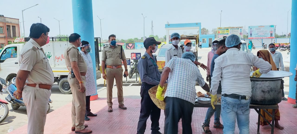 Traffic Inspector Deependra and his team distributing foods at Trauma Centre in Singrauli district headquarters.