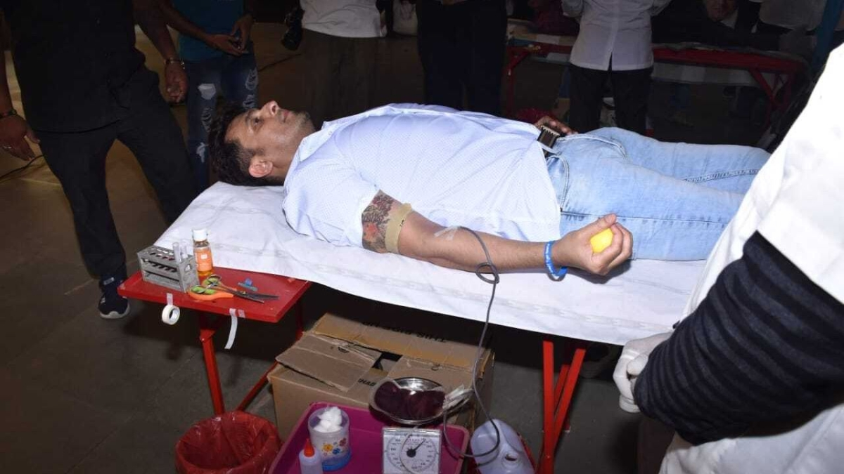 Sonu Nigam donates blood, urges those eligible to do the same to avoid shortage amid COVID-19 crisis