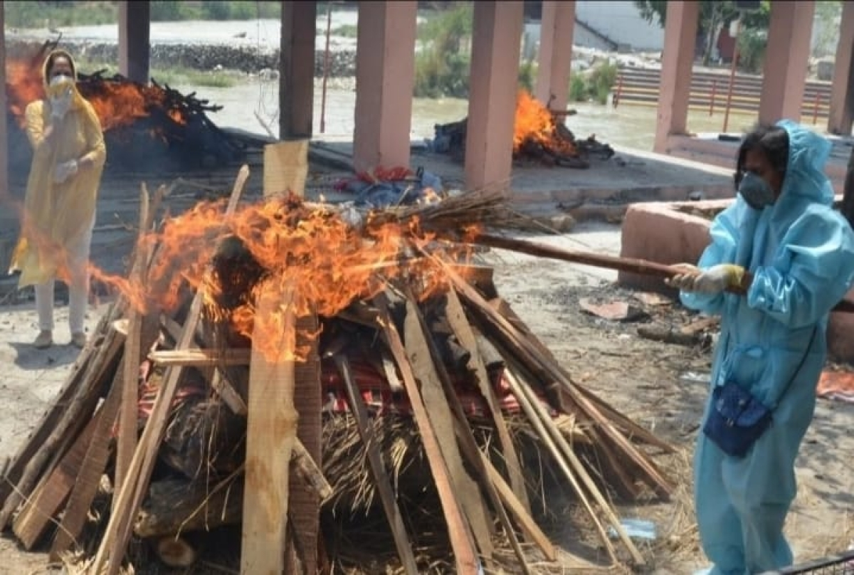 Two sisters cremate their family member in Haridwar