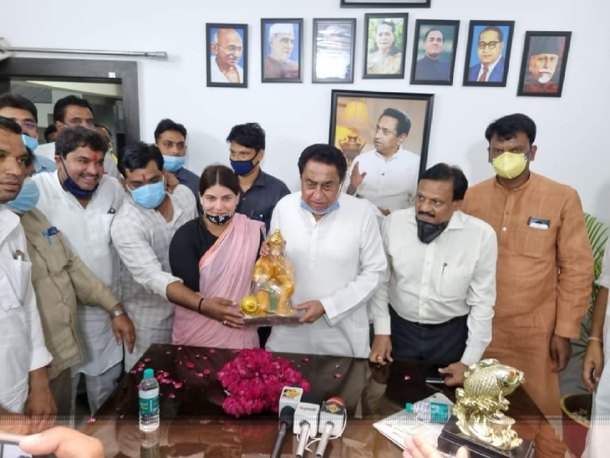 Congress spokesperson Noori Khan presents an idol of Lord Hanuman to ex-CM Kamal Nath when the latter called on her in Ujjain in Saturday