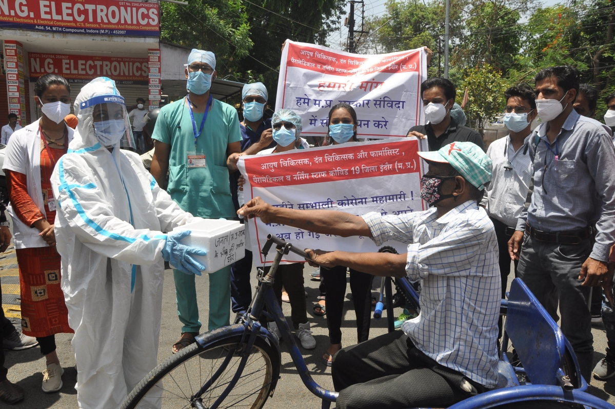 Indore: Protesters turn 'beggars' to attract mass attention, Covid-19 sampling, medicine distribution hampered