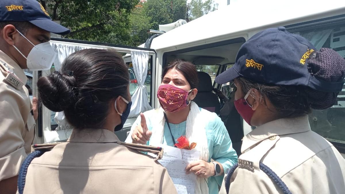 Verbal duel being held between Congress leader Noori Khan and cops outside the Brahaspati Bhavan, in Ujjain on Monday.