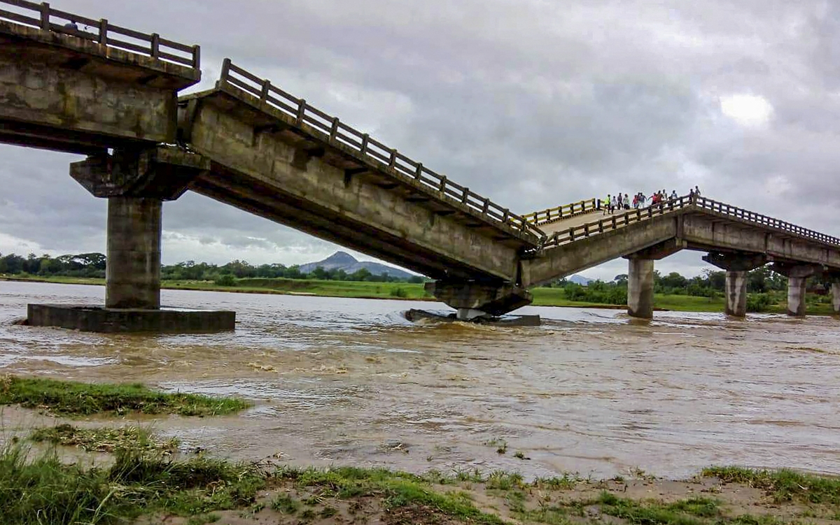 A major bridge on river Kanchi that connects Bundu with Tamar near Ranchi collapses following torrential rain.