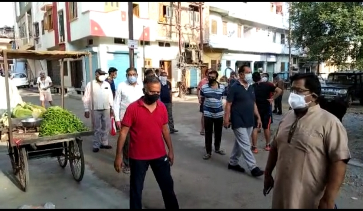 Illegal vegetable market was removed by residents of Jivaganj who made vendors to vacate the area on Sunday