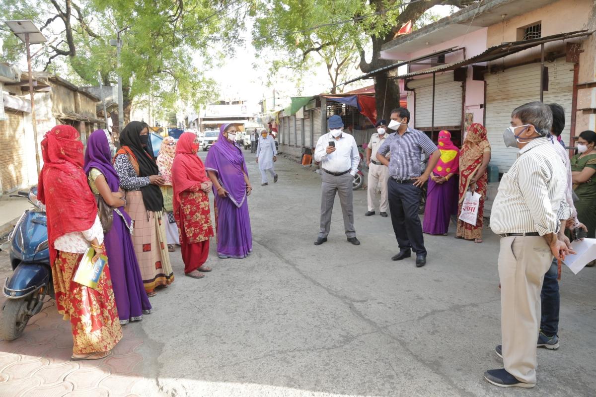 Collector Asheesh Singh, SP Satyendra Kumar Shukla and CMHO Dr Mahavir Khandelwal take feedback about of corona treatment facilities from the people of Ujjain tehsil on Thursday