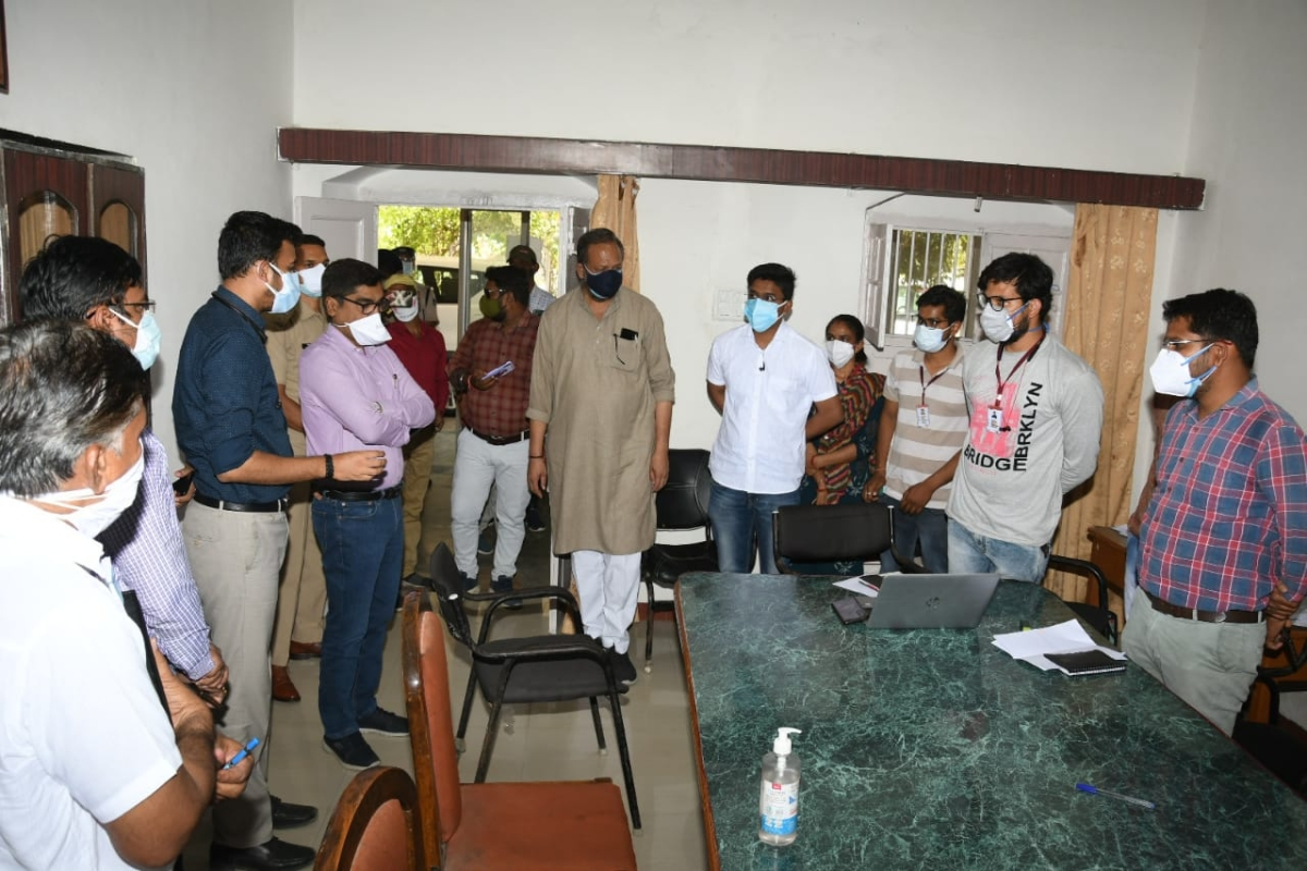 Ratlam: Lack of beds in hospital worsens situation in Jaora, Covid patients treated in waiting room, corridors