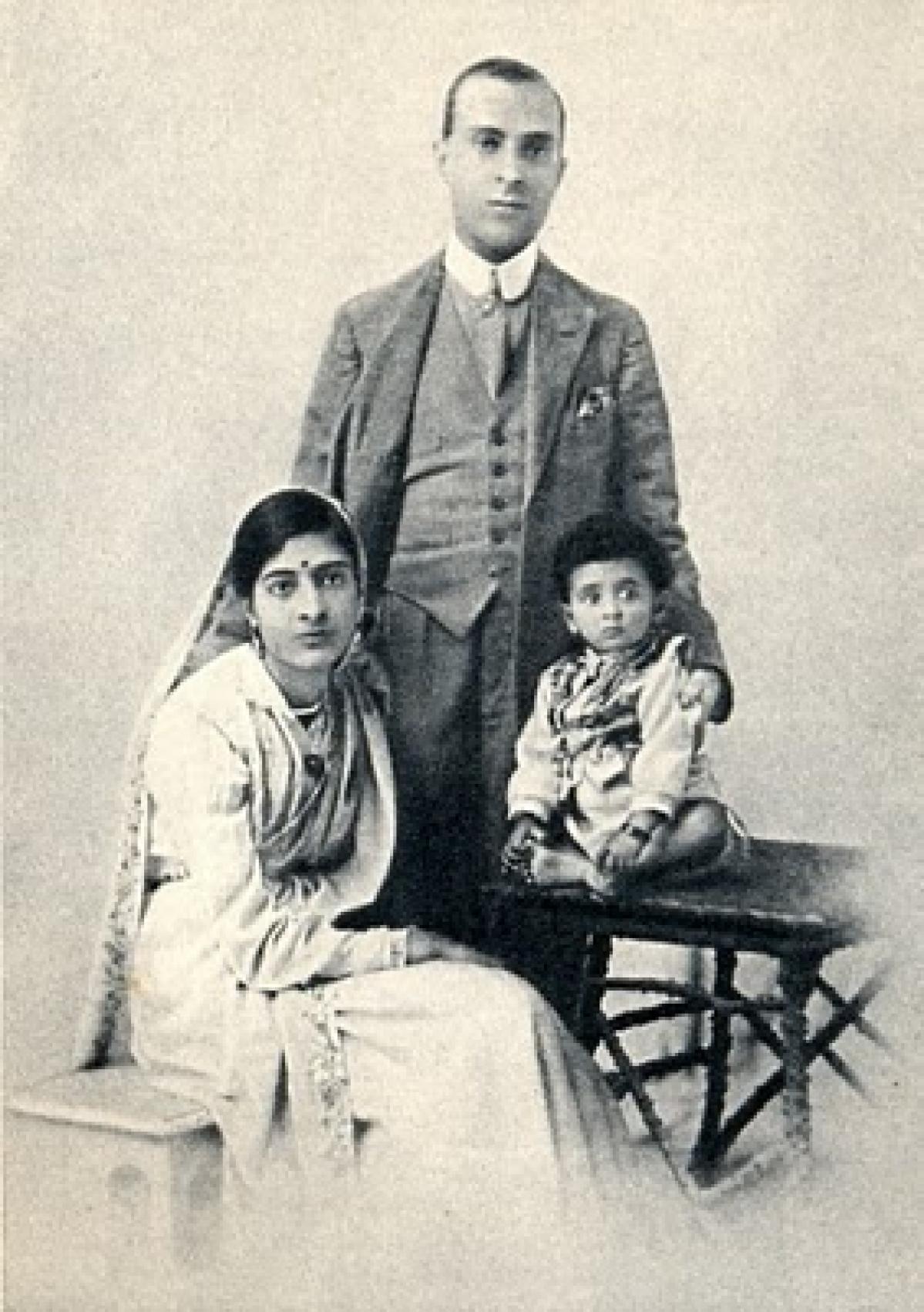 Jawaharlal Nehru with wife-Kamala and daughter- Indira