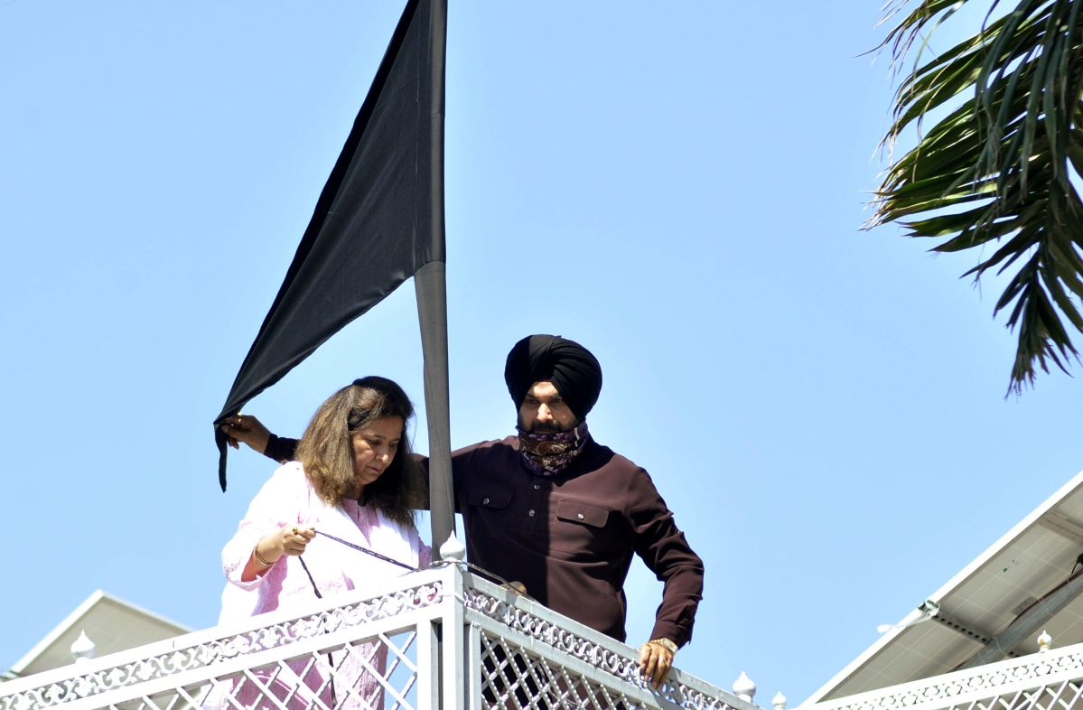 Punjab: Navjot Singh Sidhu hoists black flag at his house in support of protesting farmers; watch video