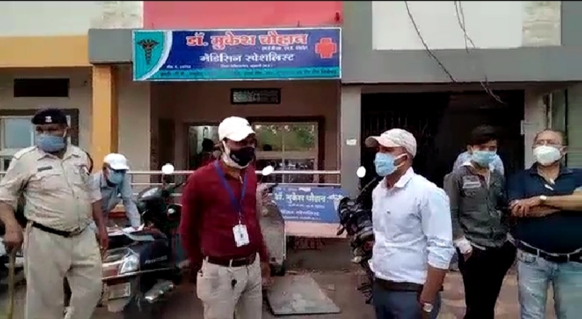 Madhya Pradesh: Private clinic of government doctor in Barwani sealed, corona-positive medico attends to patients