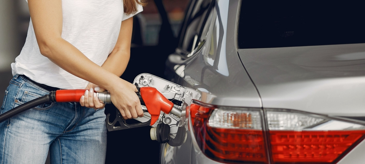 Don't expect fuel prices to come down below Rs 100/litre soon