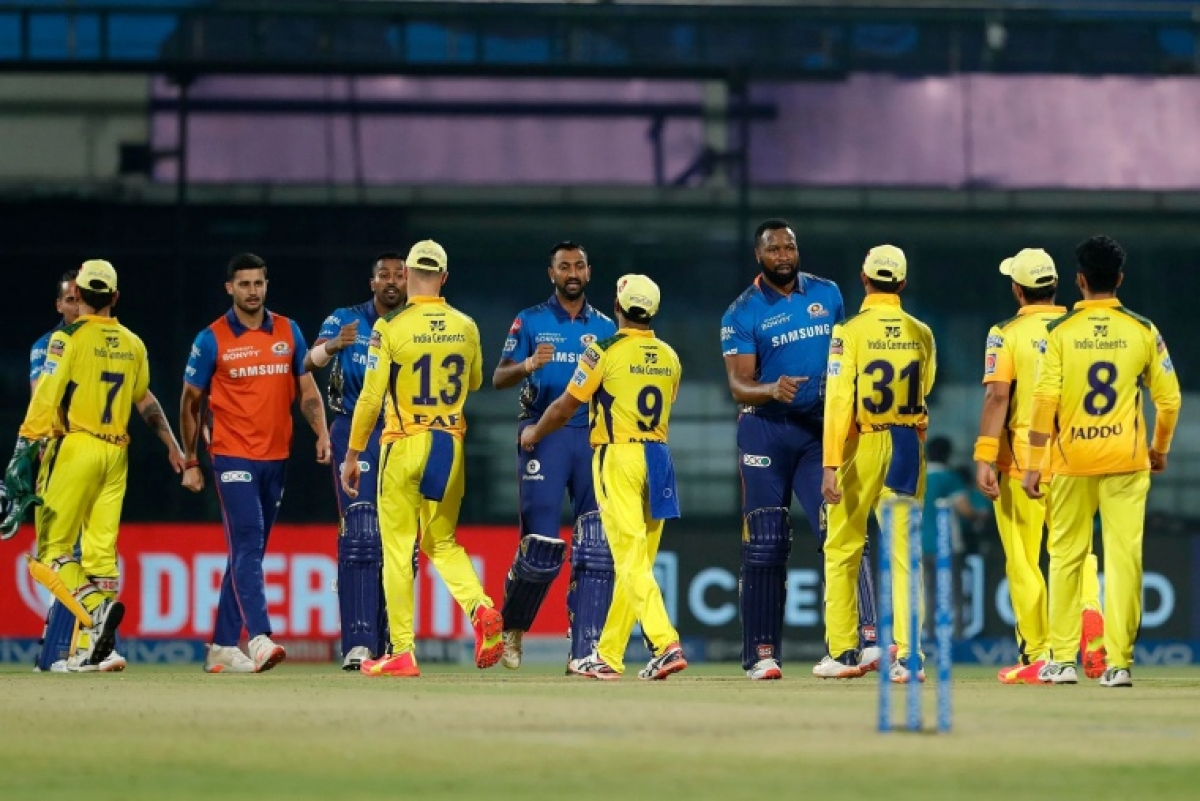 Mumbai Indians and Chennai Super Kings players doing handshakes with each others during match 27 of the Vivo Indian Premier League between the Mumbai Indians and the Chennai Super Kings held at the Arun Jaitley Stadium, Delhi, India on the 1st May