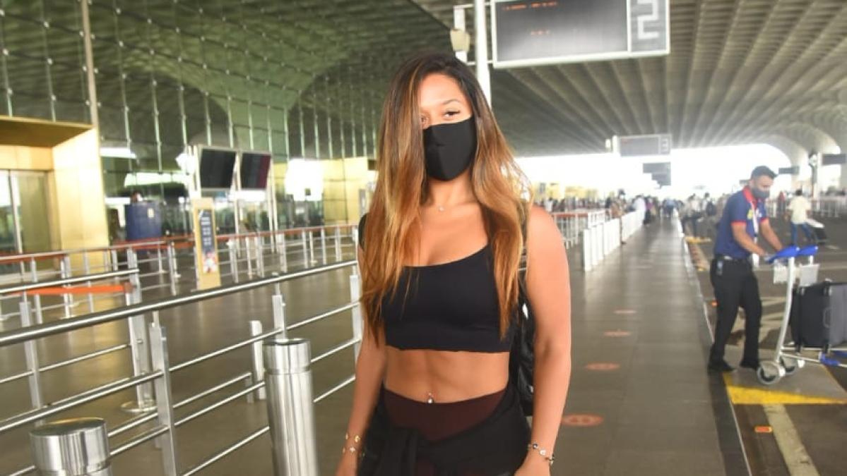 Watch: Jackie Shroff's daughter Krishna raises heat as she flaunts her washboard abs at Mumbai airport