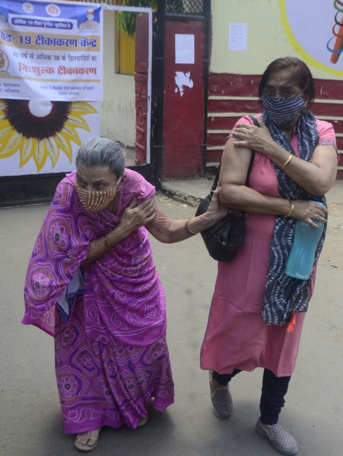 Bhopal: State's vaccination drive moves at a snail's pace, long queues seen outside all corona vaccine centers