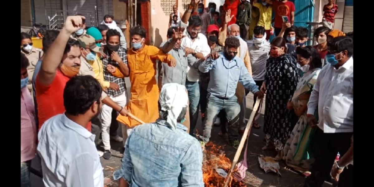 Congress party workers burn CMís effigy at Daultantganj Chouraha in Ujjain on Tuesday.
