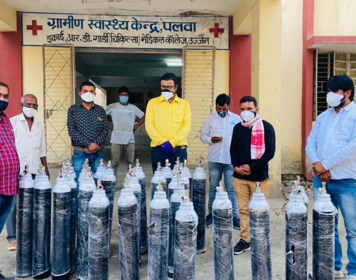 Ujjain: Navodaya Vidyalaya alumni donate 50 O2 cylinders to rural dispensary