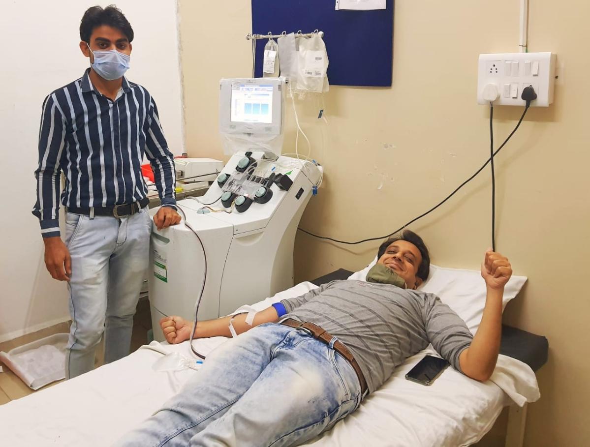 Vijay Agrawal, a resident of Anandeshwar Marg donating plasma