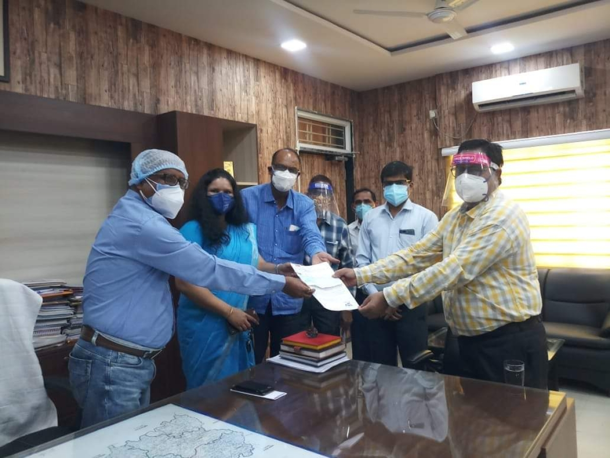 Government Post Graduate College staff presented cheque to Mandsaur district collector Manoj Pushp on Friday